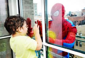 Super-heróis fazem supresa para crianças internadas em hospital