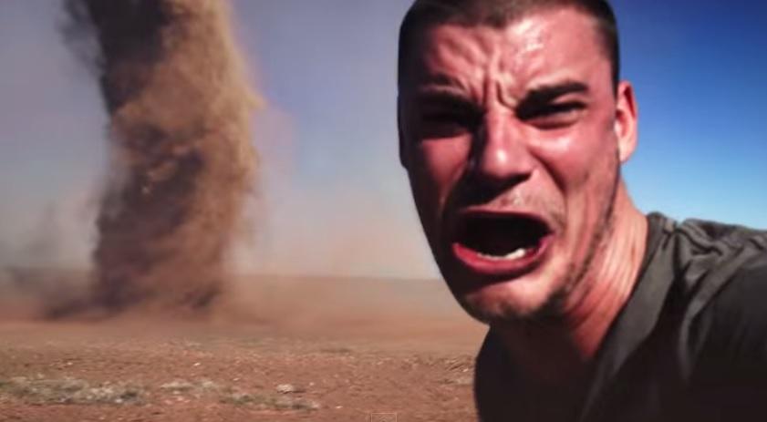 Maluco se arrisca para tirar selfie no meio de um tornado