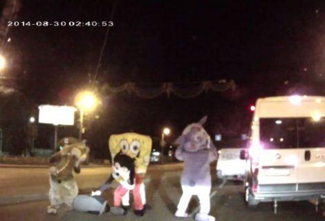 Mickey e Bob Esponja são flagrados em briga de trânsito