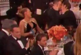 Ryan Reynolds e Andrew Garfield se beijam durante o Globo de Ouro