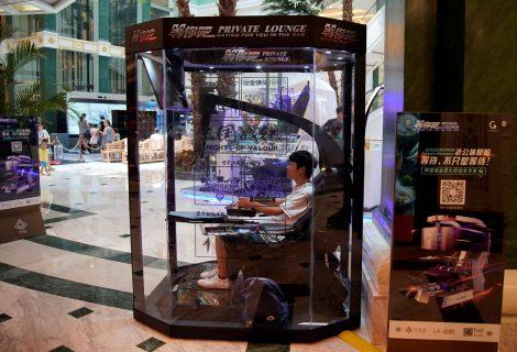 Shopping na China cria cabines de games para maridos esperarem esposas durante compras