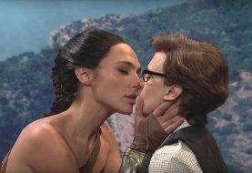 Gal Gadot revive Mulher-Maravilha no Saturday Night Live e beija uma mulher