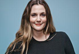 Fã pergunta se Drew Barrymore está grávida e ela responde: 'só estou gorda'