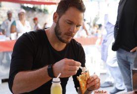 Internet reage a Chris Pratt comendo pastel de feira e feijoada no Brasil