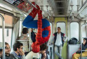 Pessoa fantasiada de Homem-Aranha é flagrada de cabeça para baixo em trem