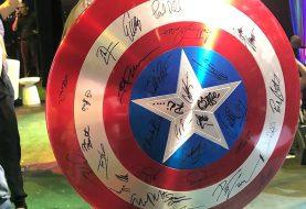 Escudo do Capitão América autografado por atores da Marvel é leiloado