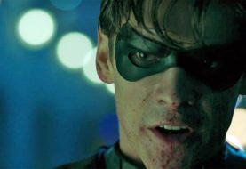 Produtor explica por que Robin mandou Batman se f***r no trailer de Titãs