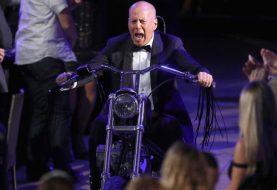 Bruce Willis chora (de rir) no programa Roast, em que é alvo de piadas