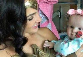 Gal Gadot visita hospital infantil vestida de Mulher-Maravilha