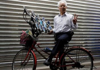 Vovô de 70 anos usa 15 celulares em bicicleta para jogar Pokémon Go