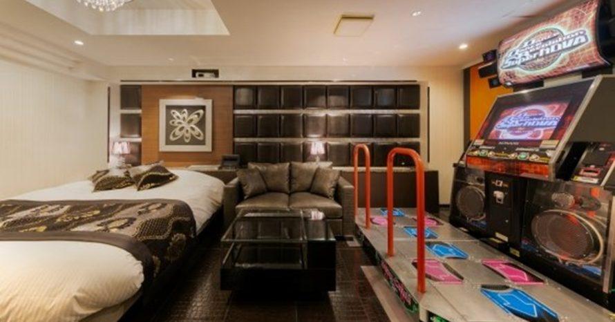 Motel dos sonhos! Estabelecimento no Japão tem jogos arcade dentro dos quartos