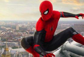 Foto mostra como Tom Holland se refresca sem sair do traje de Homem-Aranha