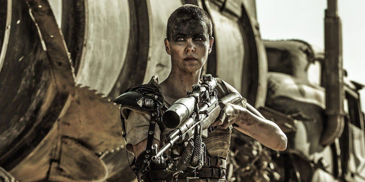 Imagem da Imperatriz Furiosa com arma na mão, em cena do filme Mad Max