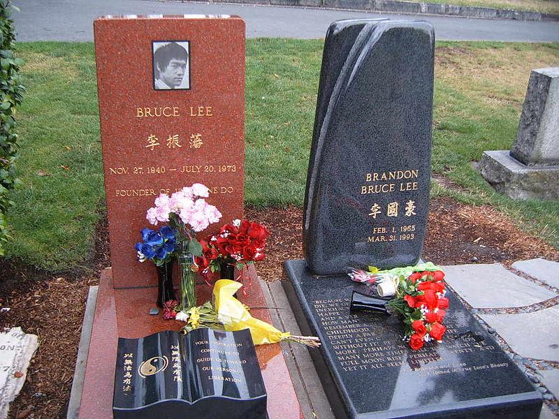O túmulo de Brandon Lee, supultado ao lado do pai.